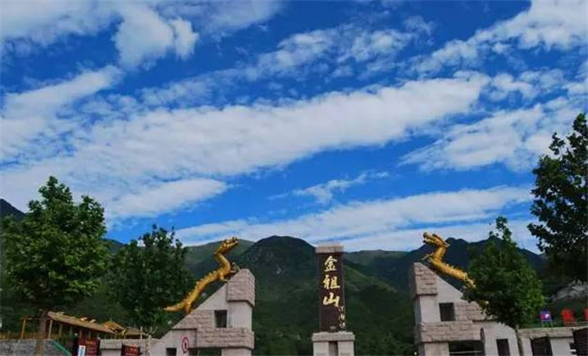 """""""天门洞""""为华北地区目前发现最大的东西通透垂直穿山岩洞。太阳和月亮的光芒从洞中穿出,形成巍巍壮观的""""日出天门""""、""""天门悬月""""两种天文景观。这里还生长着我国北京地区唯一的一片野生枫杨林,其间蜿蜒流淌着由天门泉水汇聚而成的""""扁担溪"""",枫林幽幽、溪水潺潺,流水四季不断。"""